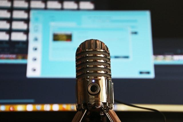 Ein Mikro und ein spannendes Thema: Mehr braucht es nicht für einen guten Podcast. (Quelle: Pexels)